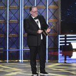 Bruce Miller con su galardón en la gala de los Emmy 2017