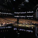 John Lithgow recibe el premio en gala de los Emmy 2017