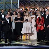 Bruce Miller junto al equipo de 'The Handmaid's Tale' en los Emmy 2017