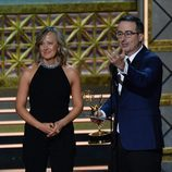 John Oliver y Liz Stanton en los Emmy 2017