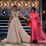 Anika Noni Rose y Cicely Tyson en el escenario de los Emmy 2017