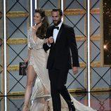 Jessica Biel y Joseph Fiennes en el escenario de los Emmy 2017