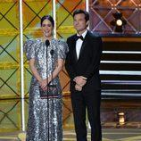Sarah Paulson y Jason Bateman en los premios Emmy 2017