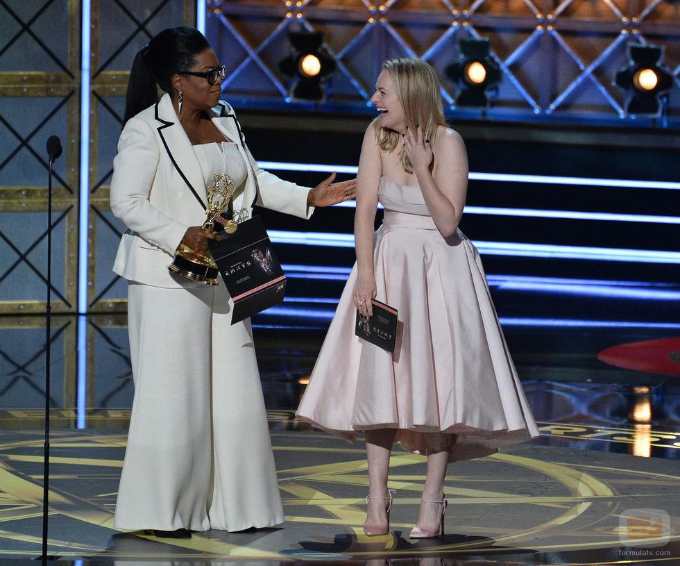 Oprah Winfrey y Elisabeth Moss en los Emmy 2017