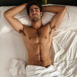 Juan Betancourt, desnudo, posa sexy en su cama