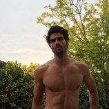 Juan Betancourt, desnudo, posa sin camiseta