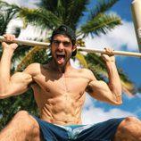 Juan Betancourt, desnudo, saca la lengua mientras se ejercita sin camiseta