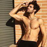 Juan Betancourt, desnudo, posa en calzoncillos