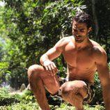 Juan Betancourt, desnudo en bañador, sobre un verde paisaje