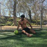 Juan Betancourt, desnudo, posa sexy en el césped