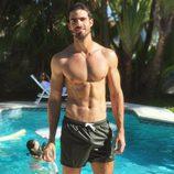 Juan Betancourt, semidesnudo en la piscina