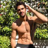 Juan Betancourt sonríe a la cámara semidesnudo