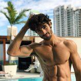 Juan Betancourt, desnudo, posa sexy en bañador