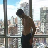 Juan Betancourt, desnudo de perfil y con una toalla