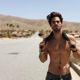 Juan Betancourt, desnudo, posa sexy en la carretera