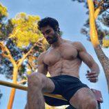Juan Betancourt, desnudo, se sienta sobre una barra de metal
