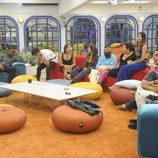 Diez concursantes de 'GH Revolution' sentados en la casa
