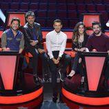 Los coaches y el presentador sentados en 'La Voz 5'