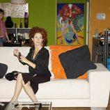 Marta Belenguer sentada en el sofá en 'Aquí no hay quien viva'
