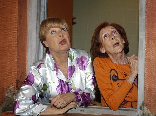 Gemma Cuervo y Mariví Bilbao asomadas en la ventana en 'Aquí no hay quien viva'