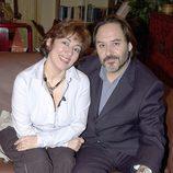 Isabel Ordaz y Santiago Ramos posan sentados en 'Aquí no hay quien viva'