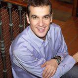 Luis Merlo sentado en la escalera de 'Aquí no hay quien viva'