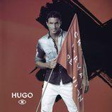 Hugo Martín posa con la bandera de 'GH Revolution'