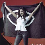 Yolanda Garrote, de 'GH Revolution', posa con la bandera del programa