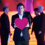 Manel Fuentes, presentador de 'Tu cara me suena', sostiene un corazón en el plató