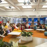 Los concursantes de 'GH Revolution' sentados en la casa durante la tercera gala