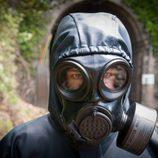 Álvaro Cervantes con una máscara en 'La zona'