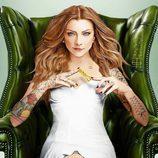 Margaery Tyrell ('Juego de Tronos') sentada en un sillón con sensuales tatuajes sobre su piel