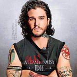 Jon Snow de 'Juego de Tronos' posa cruzando unos tatuados brazos