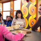 Menchu y Fermín charlan con Nines en el ba en 'La que se avecina'