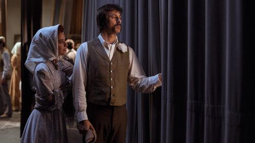Lola y Pacino vigilan desde las cortinas del teatro en el capítulo 32 de 'El Ministerio del Tiempo'