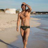 Ricky Merino de 'OT 2017' posa sensualmente con gorra en la playa