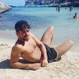 Ricky Merino de 'OT 2017' posa tumbado semidesnudo en la playa