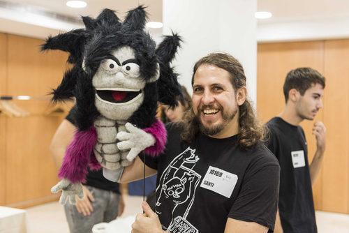 Un aspirante a 'Maestros de la costura' se presenta junto a un muñeco