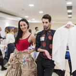 Dos aspirantes posan en el casting de 'Maestros de la costura'