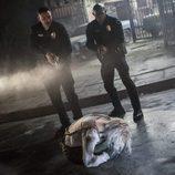 Los dos agentes de policía encuentran a la elfa en