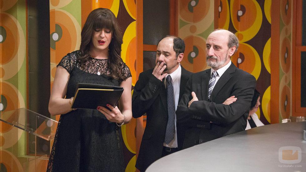 Enrique, Antonio y Alba Recio reciben a los comensales de su nuevo restaurante en el 10x03 de 'La que se avecina'