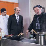Pablo Carbonell encarna a un prestigioso chef en el restaurante de Antonio y Enrique en el capítulo 10x03 de  'La que se avecina'