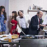 Todos los vecinos ayudan a Coque en la cocina del nuevo restaurante en el capítulo 10x03 de 'La que se avecina'