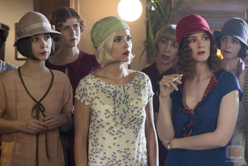 Carlota, Marga y Sara sorprendidas en 'Las chicas del cable'