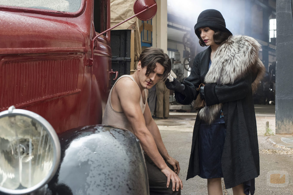 Lidia mira a Francisco en 'Las chicas del cable'