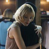 Ángeles abraza a Lidia en 'Las chicas del cable'