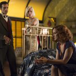 Carlota y Miguel miran a Sara en 'Las chicas del cable'