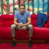 Hugo espera en la sala de los encuentros en la gala 6 de 'GH Revolution'