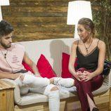 Miriam y Rubén hablan en la sala de los encuentros de 'GH Revolution'