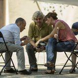 Javier Gutiérrez y Malena Alterio sentados en 'Vergüenza'